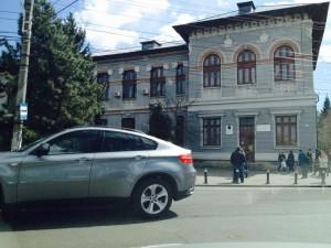Cu ce mașini merg la școală BEIZADELELE din Mihai Viteazul FOTO