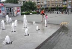 """O femeie din Ploiești s-a DEZBRĂCAT și a făcut """"duș"""" în fântânile din centrul orașului VIDEO ULUITOR"""