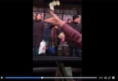 """PREMIERA in Ploiesti! Un cocalar arunca cu bani in statia de autobuz! """"Benny Cash ma cheama, luati d-aici saracilor"""""""