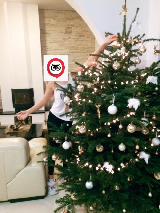 Cele mai SEXY PLOIEŞTENCE care s-au pozat lânga bradul de Crăciun FOTO