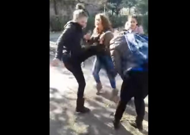 """Trei eleve din Liceul """"Toma Socolescu"""" îi dau o bătaie soră cu moartea unei eleve din Liceul Energetic VIDEO ŞOCANT"""