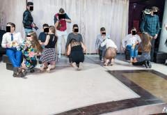 FOTO SOC!!! Elevi de clasa a 9-a, joc sexual in grup! Imagini 18+ cu fetele care stau in genunchi, aliniate, la un concurs de SUPT!!!