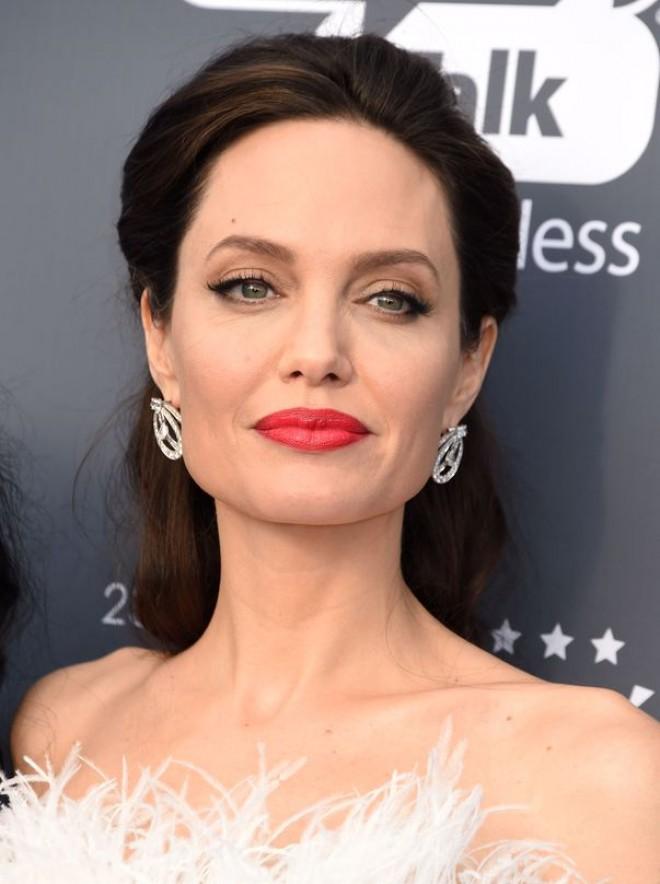 Angelina Jolie, în tandrețuri cu cel mai iubit actor de la Hollywood. Formează cel mai nou cuplu din showbiz