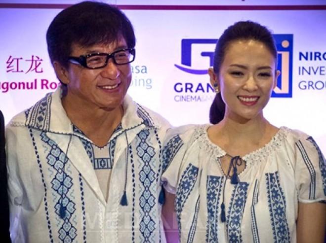 """Surpriză totală. Jackie Chan a apărut îmbrăcat """"româneşte"""": """"Este îndrăgostit de ia românească""""."""