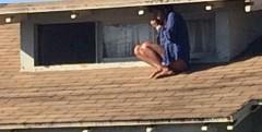 S-a ascuns pe acoperis de un infractor. Ce a surprins insa un trecator in poza iti da fiori. IMAGINEA INTREAGA