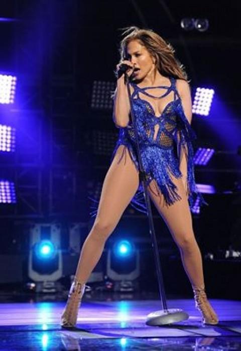 BOMBĂ! JENNIFER Lopez se iubeşte cu un cântăreț celebru! Fanilor nu le-a venit să creadă! E cu 16 ani mai mic decât ea - FOTO