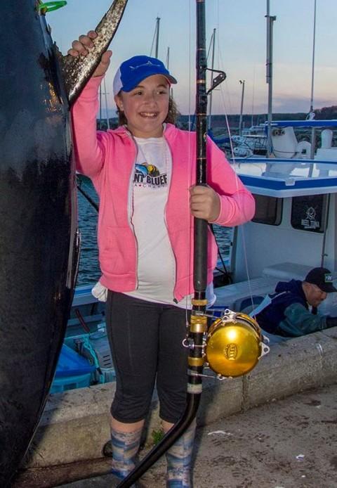 Ii face pe toti pescarii sa roseasca de rusine... Cum arata pestele pe care aceasta fetita de 12 ani l-a scos singura la mal