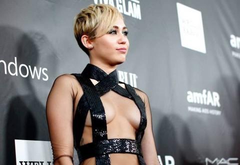 Miley Cyrus, intr-o tinuta exagerata. A pasit pe covorul rosu, la bratul mamei ei. Cum arata rochia de la bust in jos