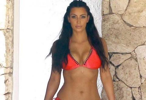 La ce gest bolnavicios recurge Kim Kardashian pentru a avea talia mereu subtire. Cum arata silueta ei de cand face asta