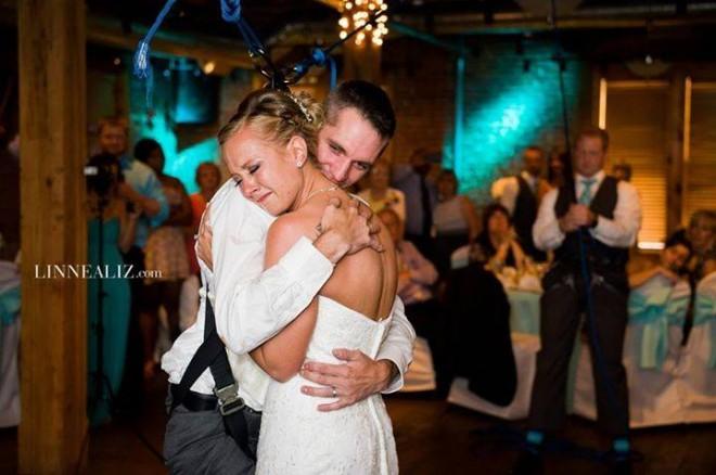 Un barbat paralizat a facut cel mai frumos gest pentru iubita lui, chiar la nunta. Invitatii au plans cand au vazut asta