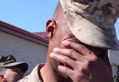 EMOȚIONANT! Un SOLDAT a avut parte de CEA MAI FRUMOASĂ SURPRIZĂ la întoarcerea din Afganistan. GESTUL ULUITOR al SOȚIEI sale l-a făcut să PLÂNGĂ în fața tuturor   VIDEO