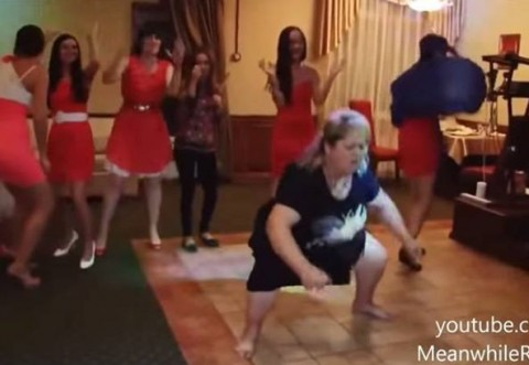 OARE SE POATE MAI PENIBIL?! O rusoaică face furori cu dansul ei, la o nuntă! VIDEO