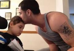 Clipul devenit viral! Un tată îi cântă fiului său care suferă de paralizie cerebrală. Te lasă fără cuvinte