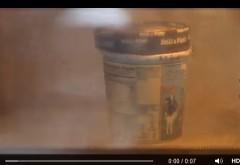 A BAGAT un PAHAR cu INGHETATA in cuptorul cu microunde: Ce a scos, 2 MINUTE mai tarziu, e GENIAL!