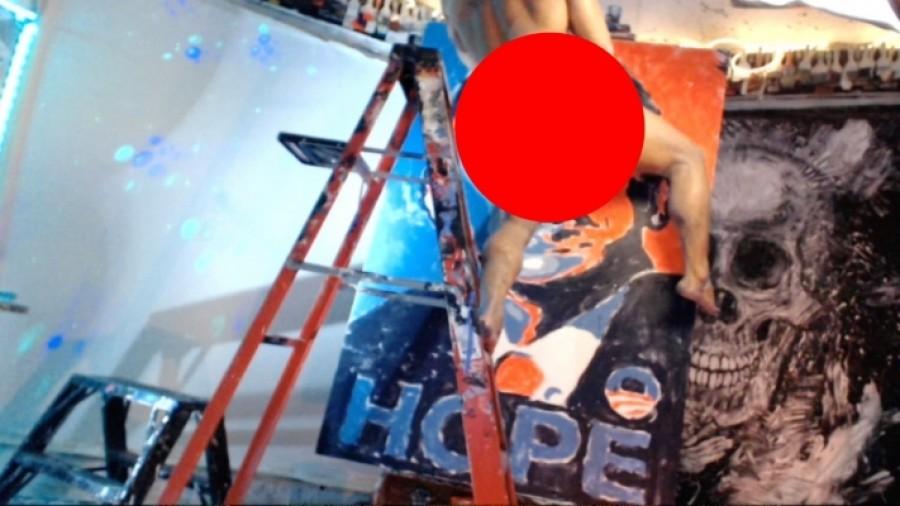 un artist care pictează cu un penis