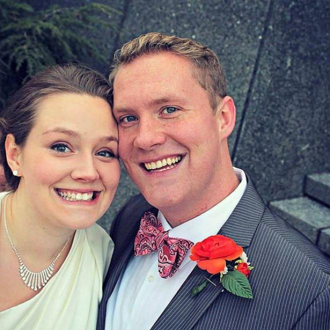 A fost poza lor preferata de la nunta, pana au observat detaliul sinistru din imagine. Cine mai apare alaturi de cei doi miri