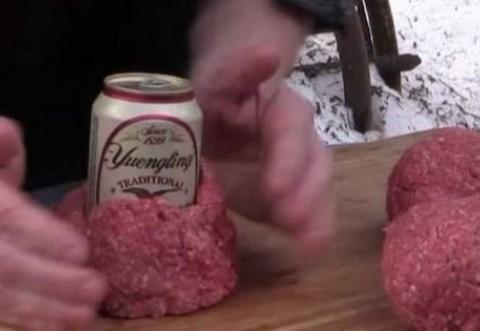 A infasurat in jurul unei cutii de bere niste carne tocata de vita. Ce vei vedea mai departe, e genial!