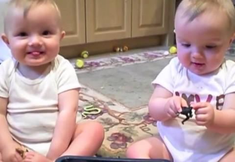 Ei sunt gemenii care fac furori! Demențial ce îi fac tatălui :)) VIDEO