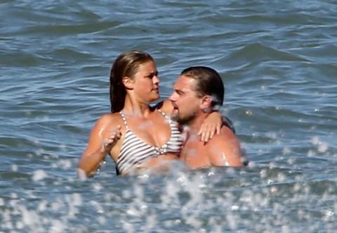 FOTO! LEONARDO DiCaprio, scene fierbinţi pe plajă! Actorul şi noua iubită nu s-au putut abţine din tandreţuri