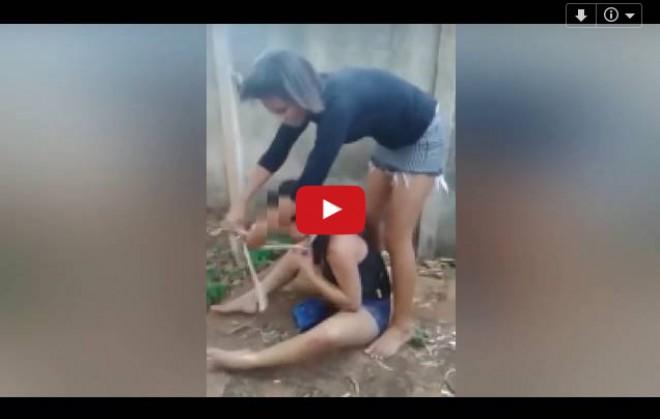 VIDEO ŞOCANT! Patru eleve au bătut o tânără, au legat-o de mâini şi picioare şi au vrut să o îngroape de vie