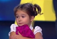 La doar 4 ani, vorbește fluent șapte limbi străine. Reține că are doaaar 4 ani :) Trebuie să vezi VIDEO