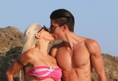 """Papusa masculina"", Justin Jedlica, i-a ingrozit pana si pe paparazzi! A fost prins cu iubita la plaja, insa slipii prea mici au lasat tot la vedere!"