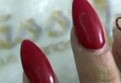 Dumnezeule, unde s-a ajuns! A vrut sa se laude cu noua ei manichiura, insa cand au vazut ce are la degete, prietenele ei au inceput sa urle de frica! Uite ce si-a pus fata asta pe celalalte unghii! Ti se pare normal asa ceva?