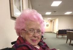 A vazut pe holurile unui spital o femeie foarte batrana, cu parul roz. I s-a parut amuzanta, asa ca s-a dus la ea si a intrebat-o daca poate sa ii faca o poza. Raspunsul batranei a lasat-o fara cuvinte! Multi oameni au plans