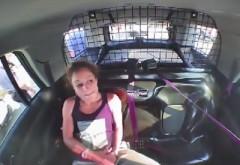 O femeie arestată și-a scos cătuşele şi a fugit cu maşina de poliţie | VIDEO INCREDIBIL