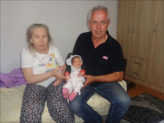 La 60 de ani si-a vazut visul implinit. A adus pe lume o fetita, Alina, dar sotul ei i-a distrus fericirea intr-o clipa