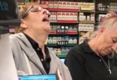 Mai mulți oameni așteptau la coadă, într-un magazin pentru a le fi scanate produsele. Ce făceau casiere în acest timp întrece orice imaginație - VIDEO