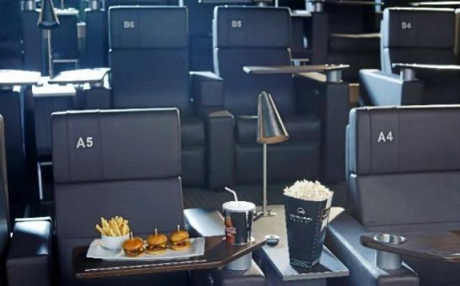 S-a deschis cel mai tare cinema. Primesti hamburgeri, cartofi prajiti, floricele si suc!