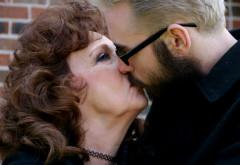 Povestea de dragoste dintre un tânăr în vârstă de 19 ani și o bunică în vârstă de 73. S-au căsătorit când el avea 17