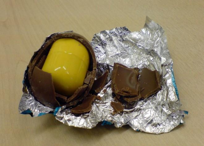 Un copil a mers la cumparaturi cu mama lui si si-a ales un ou de ciocolata de pe raft. Cand a ajuns acasa, surpriza! Ce era inauntru?