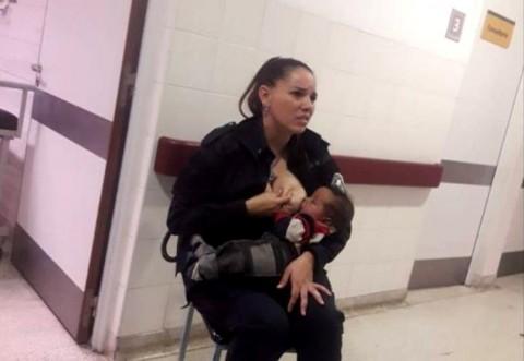 """O polițistă """"eroină"""" din Argentina a hrănit la piept un copil într-un spital, după ce a văzut că medicii nu-i dădeau de mâncare"""