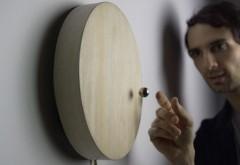 O invenţie uimitoare: Cât costă şi cum funcţionează ceasul cu levitaţie