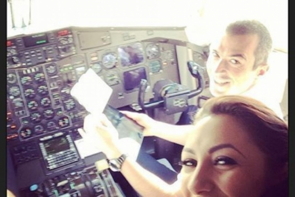 VIDEO! INCREDIBIL! Pentru ca nu a mai avut loc in avion, Andra a zburat pana la Cluj in cabina pilotilor, lucru total interzis de regulament!