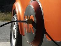 Masina care merge cu aer. Se incarca in 90 de secunde, consuma de 1 euro/200 km si se conduce fara permis. GALERIE FOTO