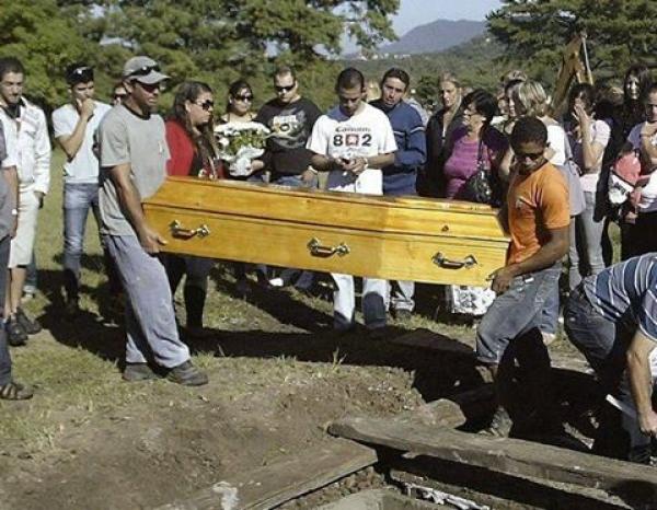 Îi plângeau la căpătâi, dar a ÎNVIAT la propria înmormântare. Le-a înghețat sângele în vene când au auzit ce a rostit!