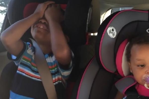 Reacţia unui băieţel din SUA când află că mama lui e însărcinată din nou