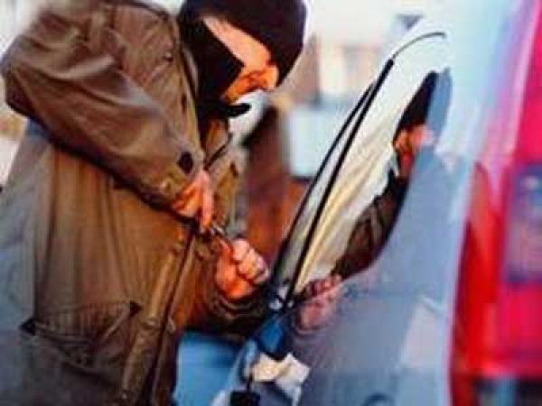 Incredibil! Pensionar prins în timp ce rupea oglinda retrovizoare a unei masini, pe strada Malu Rosu