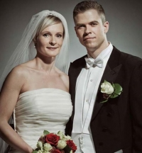 Pare un cuplu fericit, însă un detaliu al acestei fotografii te va înspăimânta. Îl vezi? Priveşte cu atenţie!