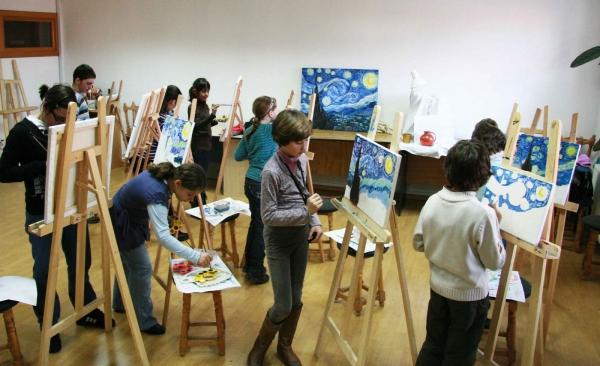 Teatrul, dans, şah, pictură şi canto pentru elevii din Ploieşti