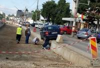 Era de asteptat! Un sofer a cazut cu masina in santul facut de muncitori, la Complexul Mare