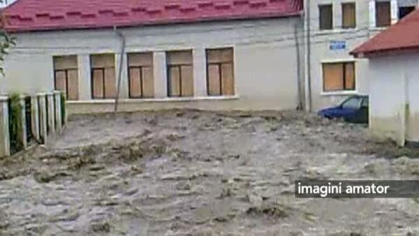 In Prahova, oamenii si-au gasit masinile ingropate in pietris si noroi. Imaginile dezastrului provocat de o viitura. VIDEO