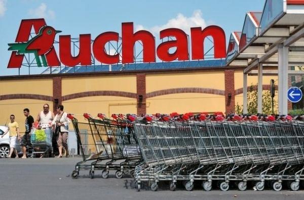 Protest la AUCHAN. Sute de angajaţi au pichetat în faţa hipermarketului