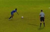 300.000 de vizualizări în două zile! Vezi cea mai penibilă execuţie a unui penalty din istoria fotbalului (VIDEO)