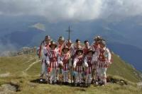 REPORTAJ Prahova: În opinci pe stânci sau cu elicopterul la concertul unic de la Crucea Caraiman
