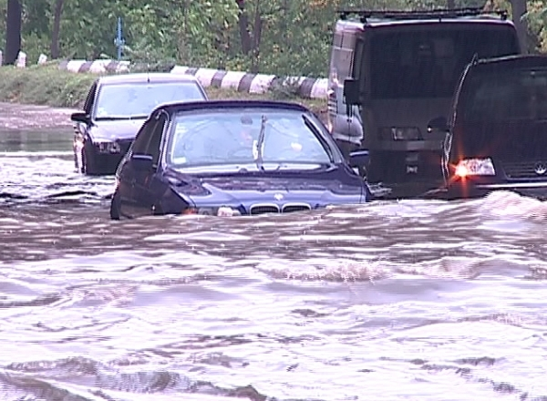 Te-ai trezit cu masina avariata de inundatii? Vezi cum pot primi despăgubiri