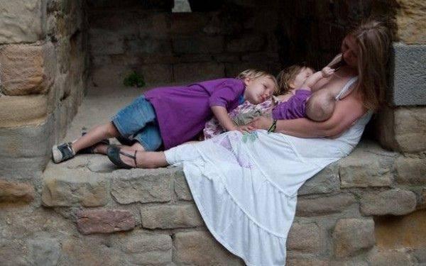 """Ce face aceasta femeie cu cei trei copii ai sai: """"Lumea crede ca sunt o ciudata, dar este natural"""""""